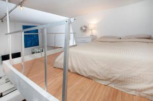 A bed or beds in a room at Mid Town East 28th Street Apartments Next to Times Square