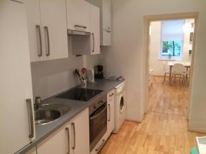 Küche/Küchenzeile in der Unterkunft Moderne Altbauwohnung