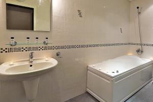 A bathroom at Mont Blanc Aparthotel