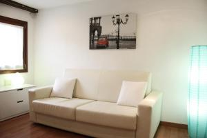 A seating area at Cool Apartments Venice