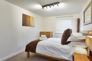 A bed or beds in a room at Jupiter Heights Apartments By Flying Butler