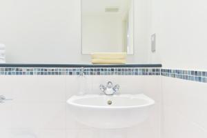 A bathroom at South Bank Níké Apartments