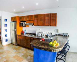 A kitchen or kitchenette at Suite At Residencias Reef