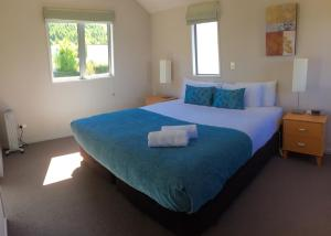 A bed or beds in a room at Arrowfield Apartments