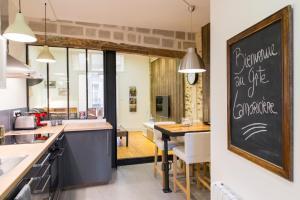 A kitchen or kitchenette at Unsejouranantes - Gîte Lamoricière