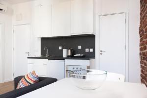 Antim Boutique Apartments tesisinde mutfak veya mini mutfak