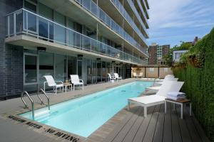 SOHO Residences Lisgar 내부 또는 인근 수영장