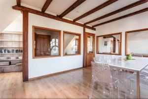 The business area and/or conference room at Appartement d'exception Le Kleber
