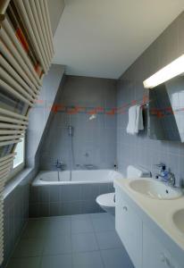 A bathroom at Apartments Justingerweg