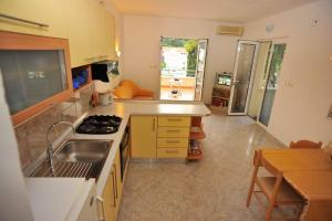 A kitchen or kitchenette at Apartments Dakrijus