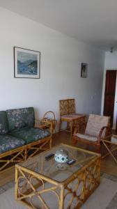 A seating area at Astúrias Top Apartamento