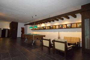 Ein Billardtisch in der Unterkunft Chesa Clois 24 Studios
