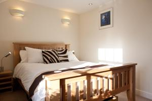 A bed or beds in a room at Short Let Space Oxford Town House