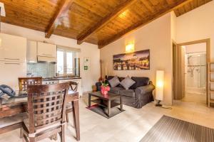 A seating area at Aurelia Vatican Apartments