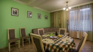 A restaurant or other place to eat at Apartment Elizaveta 2