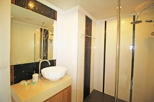 A bathroom at Amazon Residence by Pattaya Sunny Rentals