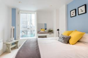 A bed or beds in a room at Central Brighton Apartment with Private Parking