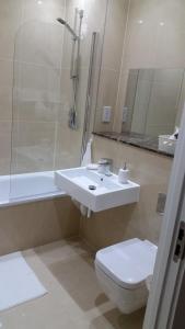 Um banheiro em Apartment Gibson Road