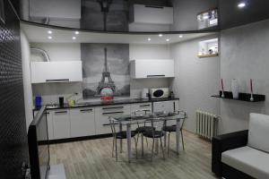 A kitchen or kitchenette at Apartment na Krestyanskoy