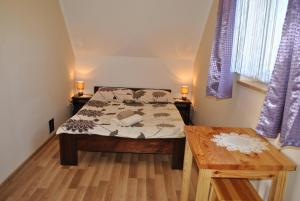A bed or beds in a room at Domki Nad Jeziorem