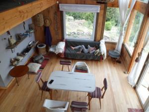 Un lugar para sentarse en Un Viston Modern Mountain Home