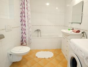 A bathroom at Leda Apartments