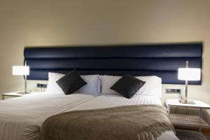 A bed or beds in a room at MH Apartments Tetuan