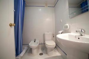 A bathroom at Apartamentos Kasa25 Golf & Beach Hoyo 18