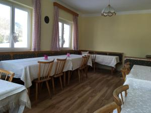 A restaurant or other place to eat at Ferienhaus Huber