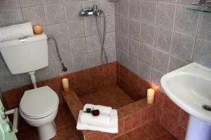 A bathroom at Rigas Apartments