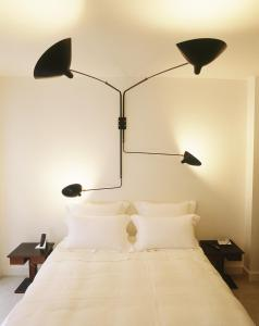 A bed or beds in a room at 5 Rue De Moussy