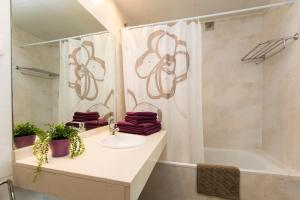 A bathroom at Apartamentos Can Saula