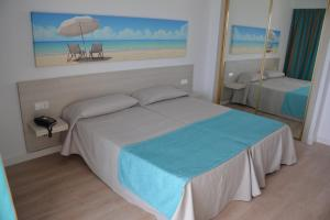Een bed of bedden in een kamer bij Apartamentos Playa Moreia