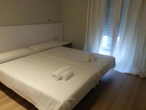Un pat sau paturi într-o cameră la Four Petals Barcelona Boutique Apartments