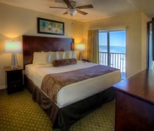 Een bed of bedden in een kamer bij Sunset Vistas Two Bedroom Beachfront Suites
