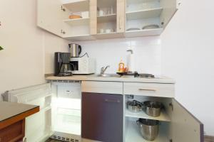 A kitchen or kitchenette at Queens Apartments