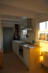 A kitchen or kitchenette at Amsterdam Country Cottage