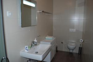 Łazienka w obiekcie Apartments Lumbarda Beach
