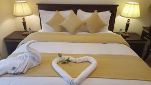 سرير أو أسرّة في غرفة في الحياة للشقق الفندقية