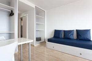 A seating area at Las Palomas Apartments Econotels
