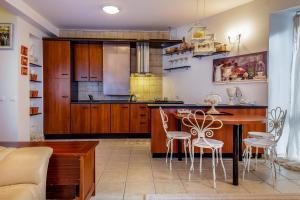 """Virtuvė arba virtuvėlė apgyvendinimo įstaigoje Prabangos Namai """"PROVANSAS"""""""