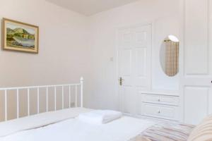 A bed or beds in a room at Heart of Kinsale