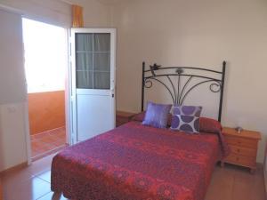 A bed or beds in a room at Apartamento con ascensor en primera línea