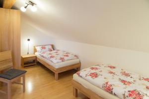 Ein Bett oder Betten in einem Zimmer der Unterkunft Ferienwohnung Rosalie