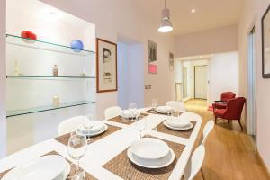 A restaurant or other place to eat at Tortona Prestige Apartment