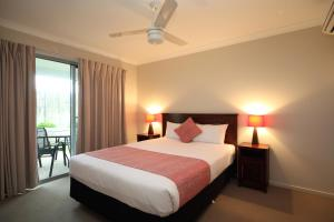 A bed or beds in a room at Direct Hotels - Villas on Rivergum
