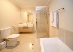 A bathroom at Direct Hotels - Villas on Rivergum