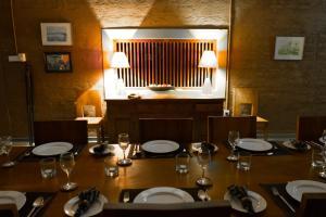 Ein Restaurant oder anderes Speiselokal in der Unterkunft Neem Tree House
