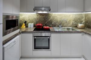 A kitchen or kitchenette at Hyatt Regency Galleria Residence Dubai