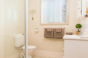 A bathroom at Stoneleigh Cottage Bed and Breakfast